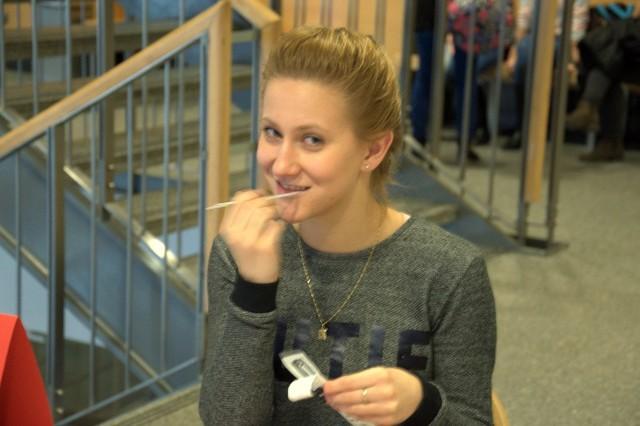 Kamila Perłowska podczas pobierania wymazu z wewnętrznej strony policzka