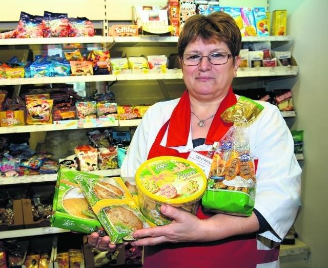 Mariola Pokora prezentuje zestawy wielkanocnych ciastek i pierniczków.