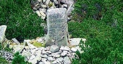 Obelisk z domniemaną swastyką stoi u stóp Małego Kościelca. To z tego szczytu zeszła lawina, w której zginął Mieczysław Karłowicz FOT. ŁUKASZ BOBEK