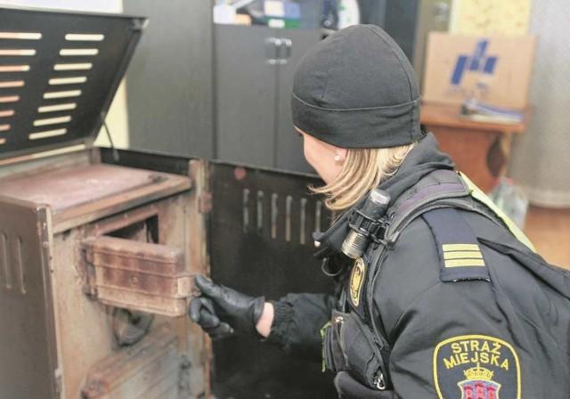 Za spalanie odpadów w piecu grozi grzywna do 5 tys. złotych i 30 dni aresztu. Teoretycznie