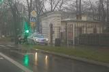 Kierowca uszkodził słup sygnalizacji świetlnej na Tymienieckiego i uciekł