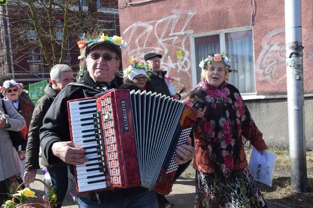 Seniorzy w klubu seniora Wrzos przywitali pierwszy dzień wiosny.