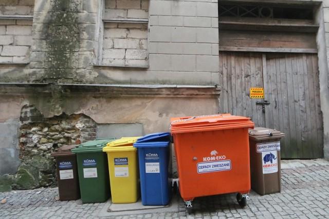 Wywóz śmieci drożeje w zastraszającym tempie. Dane GUS mówią o przeciętnym wzroście stawek o 31,3 proc. w przeciągu zaledwie roku.