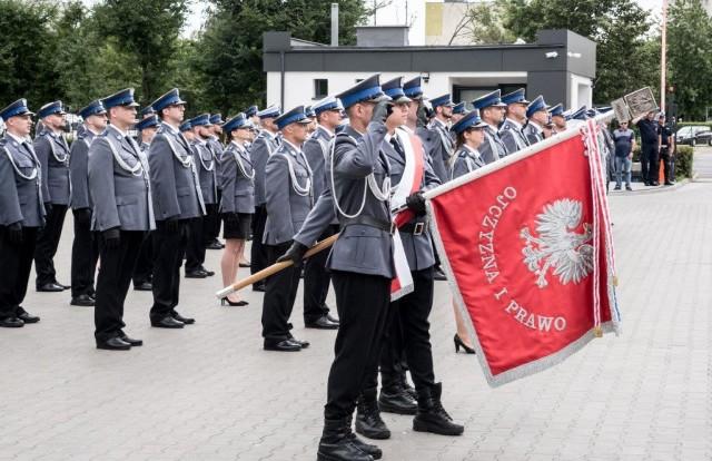 Uroczyste obchody Święta Policji odbyły się na terenie komisariatu nr 1 przy ul. Dziewulskiego 21 lipca 2021 roku. Była to także okazja do wręczenia nominacji na wyższe stopnie. Niestety, nie wszyscy tego dnia świętowali...