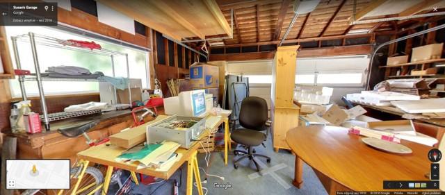 Pewnie znacie legendy o tym, jak wyglądają biura Google. Zaskakujące, w jakich warunkach firma powstawała. Opuszczony garaż, walające się wszędzie nieużywane sprzęty i stare regały - taka była codzienność w Google w latach 90. Zobacz, w jakich warunkach wtedy pracowali.