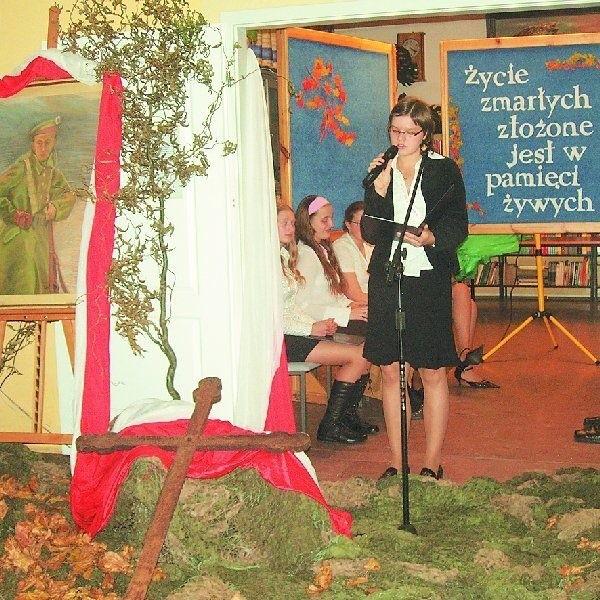 Młodzież z Zespołu Szkół w Rynarzewie przygotowała  zaduszkowy program pełen refleksji, zadumy i wierszy  okraszonych patriotyzmem.