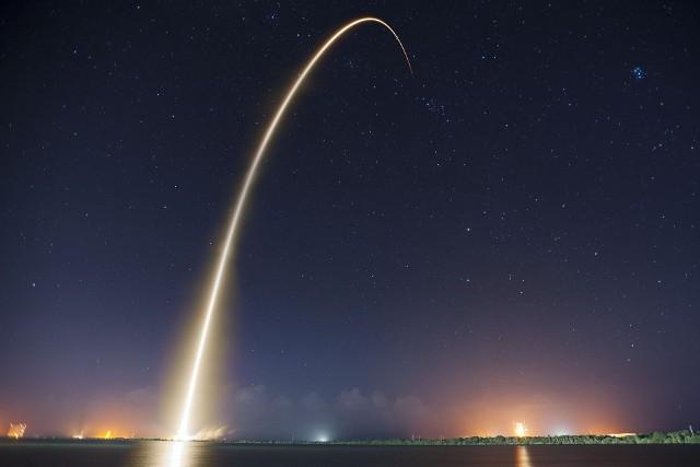 Jak informuje strona spacex.com.pl, z terenu Polski -  częściowo widoczny powinien być przelot drugiego stopnia Falcona 9 oraz 60 satelitów Starlink tuż po separacji od rakiety. Zdjęcie ilustracyjne.