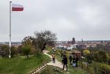 Dzień Flagi w Gdańsku. Państwowa flaga podniesiona na maszt na Górze Gradowej, flagi na ulicach i pojazdach komunikacji miejskiej