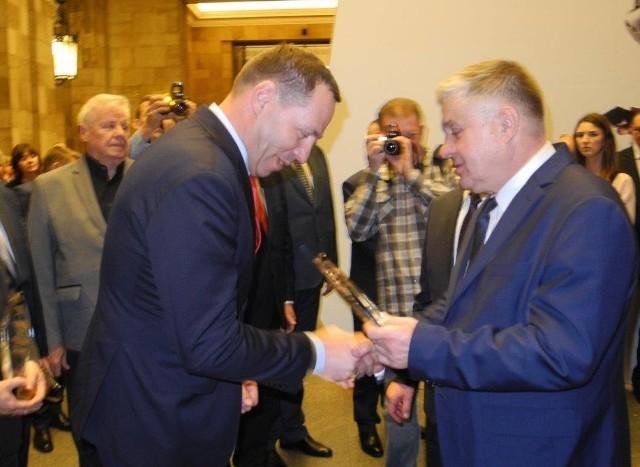 Ryszardowi Piziorowi, wiceprezesowi włoszczowskiej spółdzielni, nagrodę przekazał minister rolnictwa Krzysztof Jurgiel.