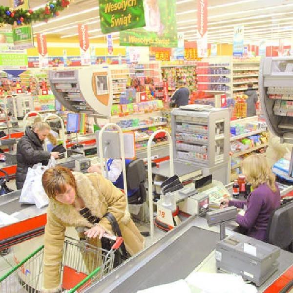 Przed świętami w sklepach sieci Real licznych klientów obsługują też pracownicy tymczasowi