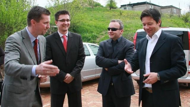 Wiosną br. obiekty wizytował Lucas Ackermann z UEFA (pierwszy z Prawej). W Prusimiu witał go m.in. Olaf Makiewicz ze spółki RTM.