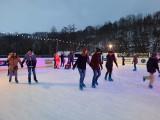 Tłumy ludzi w sobotę na lodowisku w Bałtowie (ZDJĘCIA)