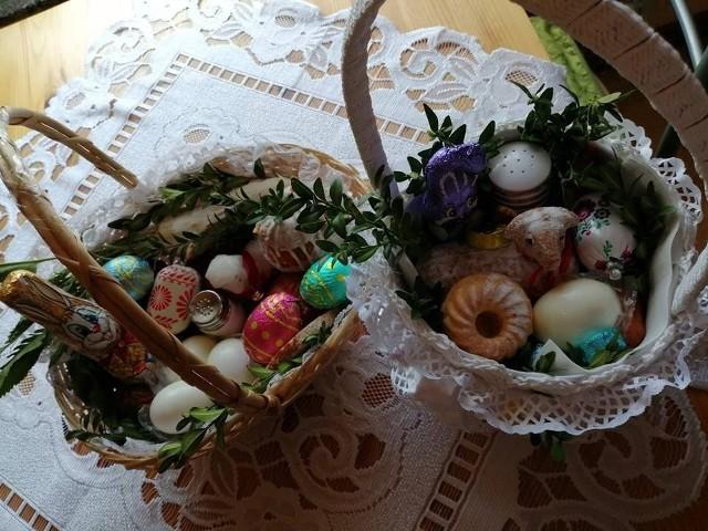 W Wielką Sobotę w kościołach święcone są pokarmy na Wielkanoc. W tym roku nie jest to możliwe z powodu epidemii koronawirusa. Tradycja święconki sięga w Polsce przełomu XIII i XIV wieku. W różnych regionach Polski koszyczek wielkanocny wygląda nieco inaczej, jednak chleb, jaja, kiełbasa, sól czy chrzan znajdują się w większości naszych święconek. Zobaczcie, jak wyglądały wielkanocne koszyczki naszych internautów w 2019 roku. Jeśli przygotowujecie koszyczki w tym roku, wyślijcie zdjęcie na online@nto.pl. Dołączymy je do galerii.
