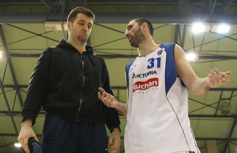 Mateo Kedzo (z lewej) po meczu w Wałbrzychu w trakcie rozmowy z Krystjanem Ercegoviciem.