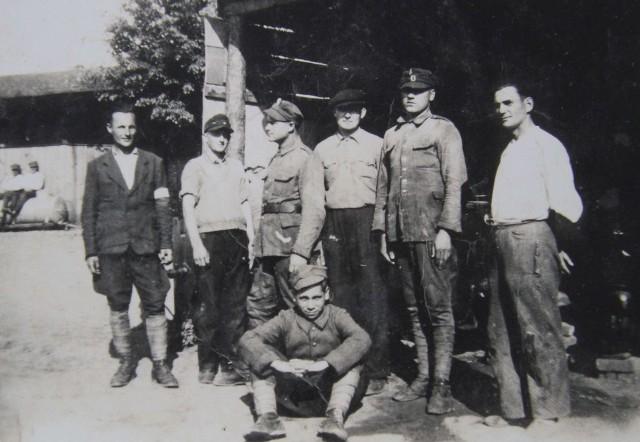Dymitr Ignatowicz, dziadek naszego Czytelnika (na zdjęciu pierwszy z lewej). Czy ktoś wie, co to za oddział partyzancki, kto jeszcze uwieczniony został na pochodzącym z czasów wojny zdjęciu?