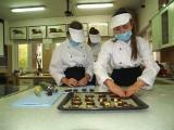 Ostrołęka. ZSZ nr 4: przyszli cukiernicy w akcji. Zajrzeliśmy do pracowni gastronomicznej w ZSZ nr 4 w Ostrołęce, 21.10.2020. Zdjęcia, wideo