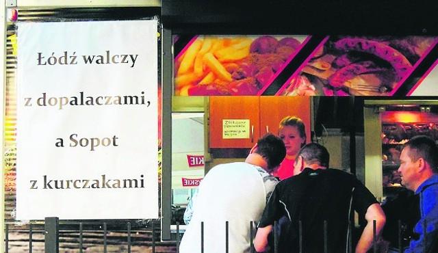 Łodzianie odpoczywający w Sopocie są zaskoczeni taką reklamą.
