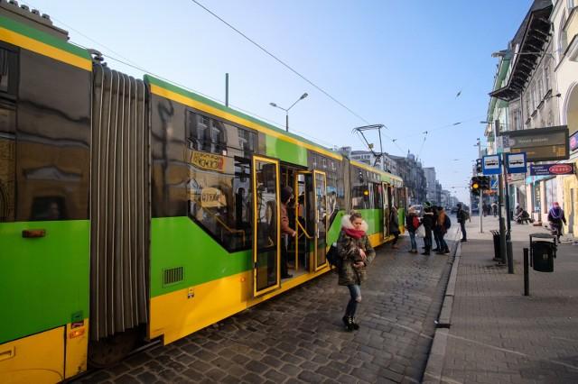 """Innymi trasami pojedzie 11 linii tramwajowych, na torach pojawi się 5 dodatkowych linii wahadłowych, na pozostałych trasach mogą natomiast występować chwilowe wstrzymania w ruchu. Wszystko z powodu 10. PKO Poznań Półmaratonu, który przebiegnie ulicami stolicy Wielkopolski w niedzielę, 26 marca. Sprawdź, jakie zmiany w kursowaniu bimb wprowadzi ZTM Poznań.Przejdź do kolejnego slajdu ---><center>""""Artysta w kuchni"""" odc. 1 Zobacz jak gotują Kałamaga i Żurawlewa<iframe src=""""https://player.vimeo.com/video/208332633?autoplay=1&byline=0"""" width=""""550"""" height=""""309"""" frameborder=""""0"""" webkitallowfullscreen mozallowfullscreen allowfullscreen></iframe></center>"""