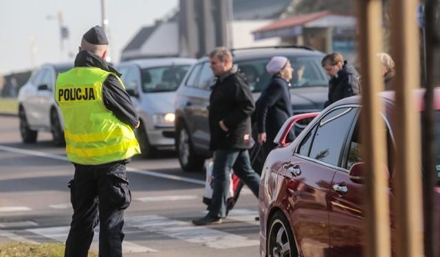 Od 1 czerwca wejdą w życie nowe przepisy dotyczące pieszych. Niestosowanie się do nich zagrożone jest mandatem w wysokości przeważnie 50-100 zł Kolejne zdjęcie-->