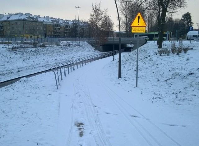 Ścieżka pod mostami. Oddana w grudniu, ale nie brak rowerzystów, którym nie straszny śnieg i lód. Oby łaskawa była też Biała i ani razu jej nie zalała.Dzięki ścieżce będzie można objechać aleję Piłsudskiego i nie znosić roweru na barach przez podziemne przejście. A że trzeba będzie przy tym trochę dłużej nacisnąć na pedały, to chyba żaden rowerzysta nie będzie kręcił nosem.
