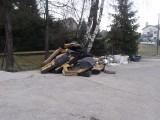 Iwkowa. Śmieci porzucone w centrum miejscowości. Mieszkańcy są wściekli. Wójt: To twórczy nieporządek [ZDJĘCIA]