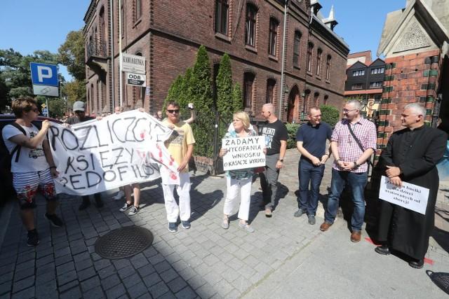 W różnych miastach w Polsce, od miesiecy, organizowane są protesty przeciwko pedofilii w Kościele i jej tuszowaniu. Politycy Lewicy chcą, by powstała specjalna komisja mająca rozliczyć przypadki pedofilii w Kościele