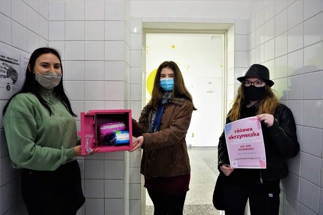 Różową skrzynkę mają już uczennice VII Liceum Ogólnokształcącego w Toruniu