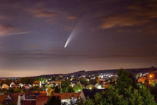 Kometa neowise jest widoczna gołym okiem także nad PolskąZobacz kolejne zdjęcia. Przesuwaj zdjęcia w prawo - naciśnij strzałkę lub przycisk NASTĘPNE