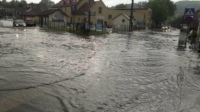 """Ulice w centrum Wieliczki są często """"zatapiane"""" na skutek nawałnic i ulewnych deszczy. Dzięki unijnej dotacji powstanie w mieście infrastruktura – m.in. kanał ulgi i zbiorniki retencyjne – mające zminimalizować tego typu zagrożenia. Pierwszy etap prac, prowadzonych w ramach programu ochrony Wieliczki przed powodzią, ma kosztować niemal 30 mln zł"""