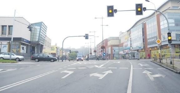 Awaria u zbiegu ulic Wyszyńskiego, Dworcowej i Barnima przeciągnęła się na kilka dni. Świeciło tylko pulsujące żółte światło.