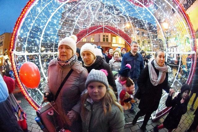 W piątek, 6 grudnia, Zielona Góra rozświetliła się tysiącami światełek. W mieście naprawdę czuć już ducha świąt!Tegoroczne Mikołajki w Grodzie Bachusa były wyjątkowe i magiczne dla wszystkich zielonogórzan oraz odwiedzających miasto gości.Punktualnie o godzinie 16.00 rozświetlono choinkę i fontannę na Placu Bohaterów. Następnie św. Mikołaj wyruszył w stronę ratusza. Tam odbyło się uroczyste odliczanie i wreszcie rozbłysła kilkunastometrowa jodła, będąca prezentem dla zielonogórzan od leśników. Miłym akcentem było przyozdabianie 12-metrowego drzewka przez dzieci. Wydarzeniu towarzyszył koncert zimowych piosenek, wystąpienie prezydenta Zielonej Góry oraz dyrektora RDLP. Nie zabrakło także słodkiego poczęstunku dla dzieci.Zobacz również: Zielona Góra. Rozmowa ze Świętym Mikołajem:Na deptaku oraz przy Urzędzie Marszałkowskim pięknie mienią się również uwielbiane przez wszystkich bombki czy idealne do pamiątkowych, świątecznych fotografii, sanie mikołaja z reniferami. Między budynkami nad głowami zielonogórzan w rytm wiatru delikatnie bujają się rozświetlone ozdoby świąteczne, dzięki którym czuć nadchodzące święta. Co tu dużo pisać. Jest pięknie. Zobaczcie na zdjęciach!POLECAMY RÓWNIEŻ PAŃSTWA UWADZE:Boże Narodzenie 2019. Ceny żywych choinek: świerk, jodła, sosna, daglezja. Jaka choinka do domu i mieszkania? [CENNIK]