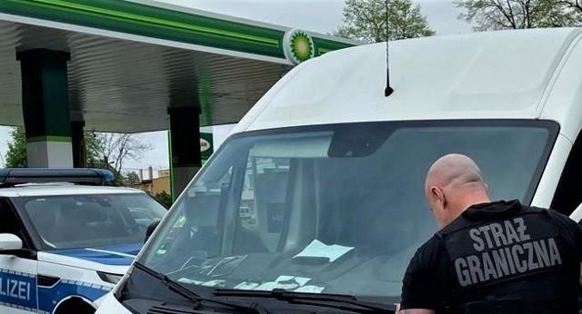 Skradziony samochód stał na stacji paliw w Kunowicach.