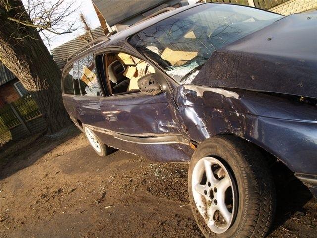 Auto uderzyło w drzewo. Karetka pogotowia zabrała do szpitala dwie osoby