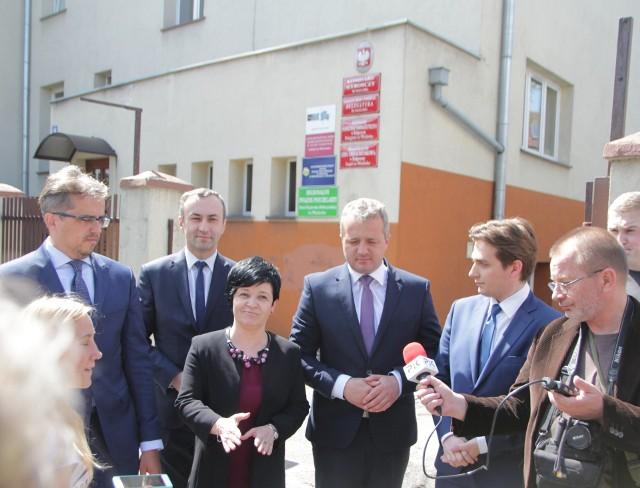 Wojewoda Mikołaj Bodganowicz przed biurem PSSE