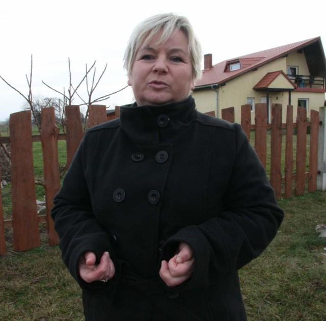 - Policja chce mnie oddać pod sąd, bo poprosiłam o sprawdzenie ludzi kopiących doły obok mojego domu - żali się Elżbieta Boda z Wilkowa.