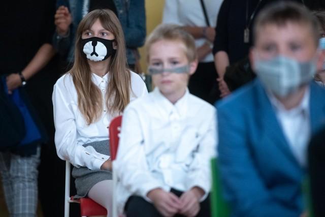 Minister zdrowia, Adam Niedzielski, pytany o obowiązek noszenia w szkołach maseczek, przypomniał: Maseczki są obowiązkowe podczas przerw i korzystania z przestrzeni wspólnych.