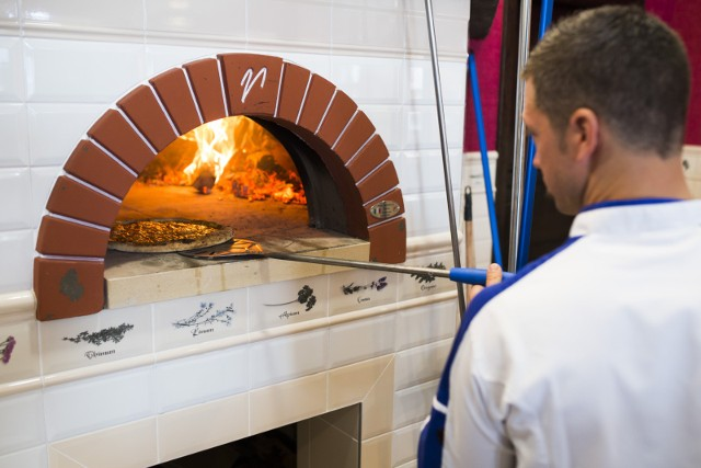 Na podstawie głosów zebranych na największej platformie turystycznej, jaką jest Trip Advisor sprawdziliśmy gdzie jest najlepsza pizza w Toruniu. Zobaczcie ranking 10. najlepszych toruńskich pizzerii!Czytaj dalej. Przesuwaj zdjęcia w prawo - naciśnij strzałkę lub przycisk NASTĘPNEPOLECAMY TAKŻE: TOP 8 najlepszych kebabów na dowóz w Toruniu. Sprawdź, skąd warto zamawiać jedzenie!Tanie dania na wynos. Gdzie w Toruniu zjemy najtańsze zapiekanki, hot-dogi lub frytki?