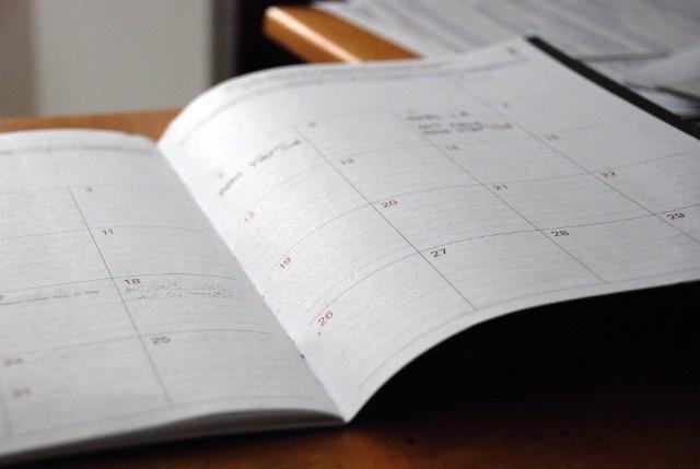 Rok 2020 przyniesie nam 253 dni pracujących oraz 113 dni wolnych od obowiązków służbowych. Jednakże to nie koniec! W 2020 roku odnotujemy 13 świąt ustawowo wolnych od pracy, z których aż 6 przypada w weekend. Dlatego też warto przyjrzeć się  harmonogramowi świąt po to, aby dobrze rozplanować sobie urlop. Jakie święta są ustawowo wolne od pracy? Co w przypadku, gdy święto wypada w niedzielę? Sprawdź!