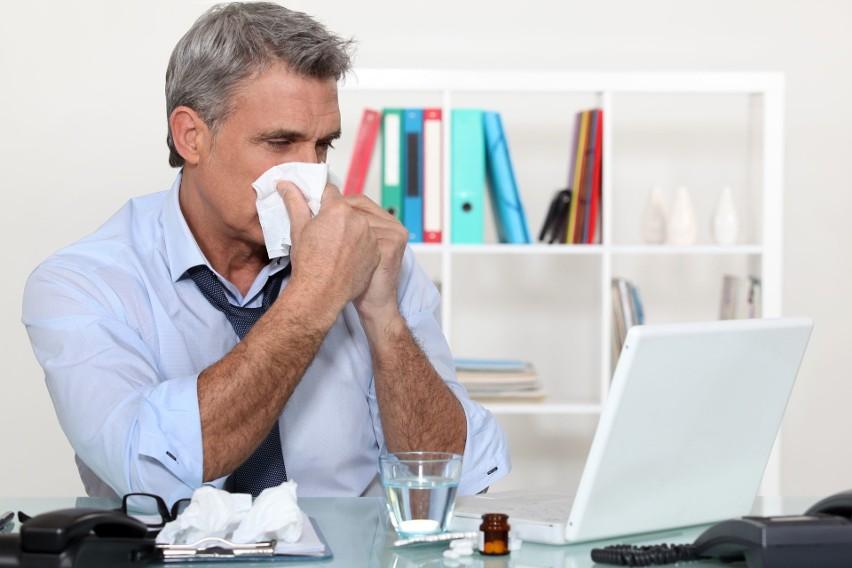 Jeżeli pracownik korzysta ze zwolnienia lekarskiego niezgodnie z jego przeznaczeniem ZUS wstrzyma wypłatę zasiłku.