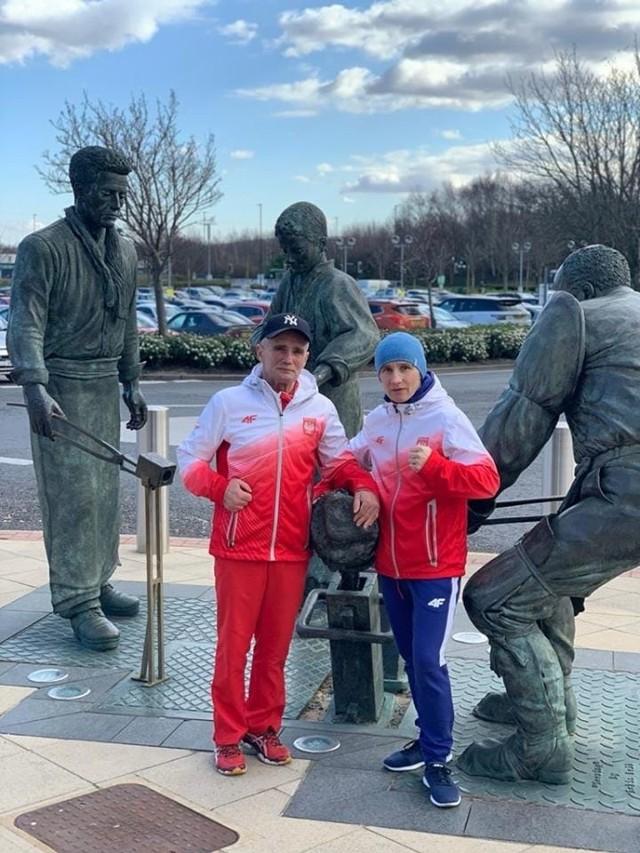 Karolina Michalczuk i Władysław Maciejewski podczas zgrupowania w Sheffield, gdzie przygotowywali kadrę Polski kobiet w boksie do turnieju kwalifikacyjnego do igrzysk olimpijskich w Tokio