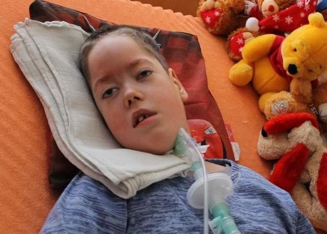 Kuba Grzebiela z Praszki ma 7 lat. Od urodzenia nie chodzi, nie mówi, nie umie sam jeść, oddycha za niego respirator.