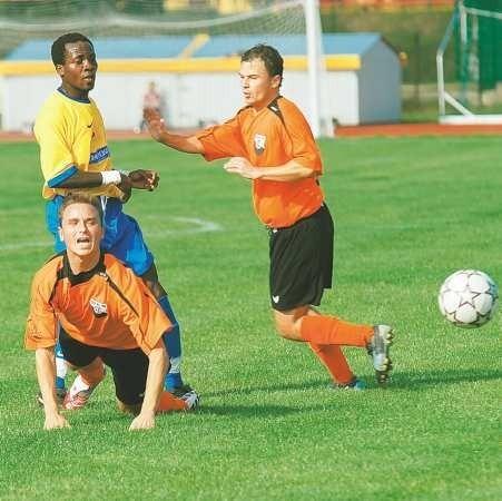 Żaganianie (od prawej Marcin Wielgus i Łukasz Sobczak) próbowali w niedzielę zdobyć choćby jednego gola w Jarocinie. Niestety nie udało się. Z lewej pomocnik Jaroty Michael Sanni.