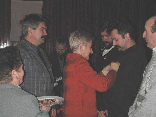 Odznaczenia I stopnia honorowym krwiodawcom wręczali Stanisława Lewandowska, dyrektor Biura Zarządu Okręgowego PCK, i Ryszard Podwika, wicestarosta Kluczborka.