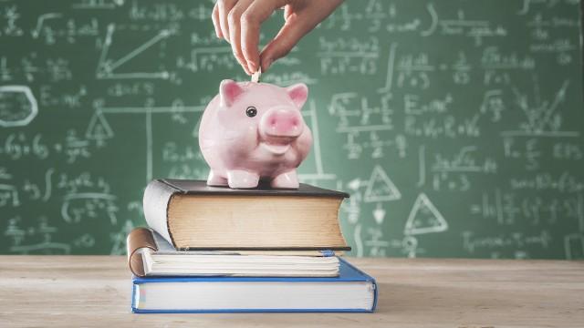 Zmiany w 300 plus mogą utrudnić dostęp do pieniędzy niektórym rodzicom wnioskującym o świadczenie na wyprawkę szkolną dla dziecka. Sprawdź, co się zmieni!