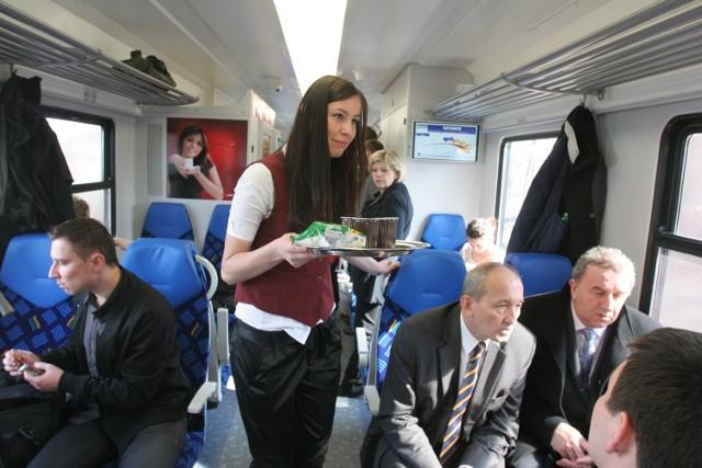 Na wszystkich stacjach, gdzie zatrzymują się pociągi międzynarodowe, zapowiedzi mają być w dwóch językach - polskim oraz angielskim. Takie standardy obowiązują już w Unii Europejskiej