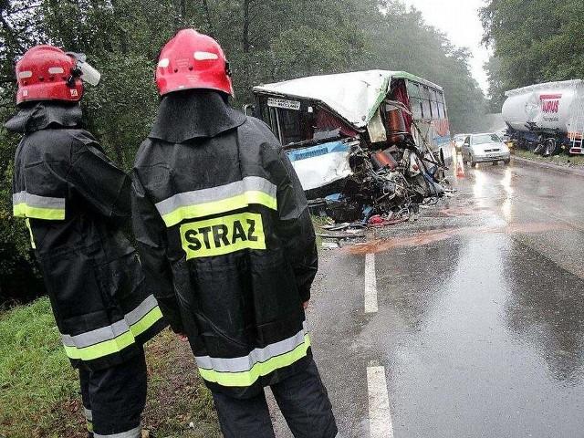 Autobus wiozący 27 osób nagle zjechał z drogi i uderzył w przydrożne drzewo.
