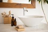 Umywalki nablatowe – rodzaje, kolorystyka i montaż. W jakich wnętrzach sprawdzą się najlepiej?