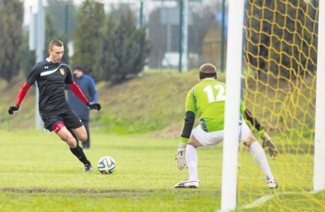 Piłkarze rezerw Jagiellonii (z piłką) często gościli pod bramką Puszczy Hajnówka