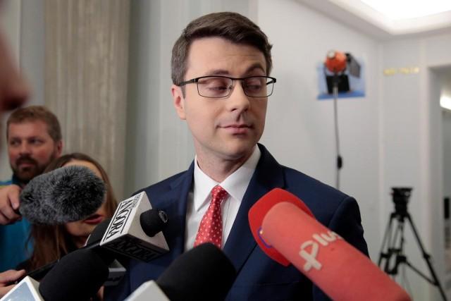 - Opozycja proponuje, żeby odrzucić najlepszy budżet UE w historii, bo to jest blisko 770 mld zł, które może w najbliższych latach popłynąć do Polski- powiedział.