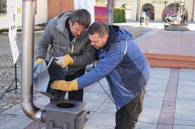 Pierwsza w Tarnowie lekcja prawidłowego rozpalania w piecach zainteresowała  kilkanaście osób, które wysłuchały rad fachowców